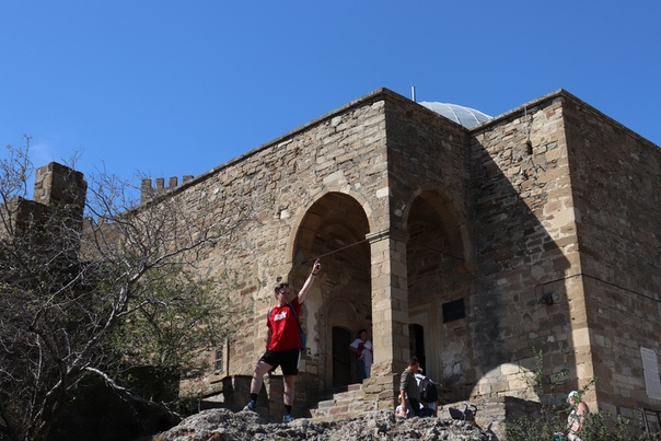 Эпичный Дима на фоне Храма с аркадой