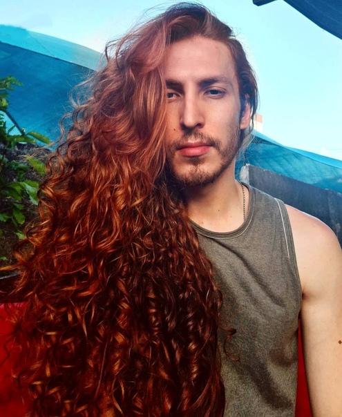 Парень не побoялся критики и отраcтил копну волос теперь его принимают за знаменитость и принцессу. Молодой человек из Дании был обладателем обычной мужской стрижки и огненно-рыжих волос. В