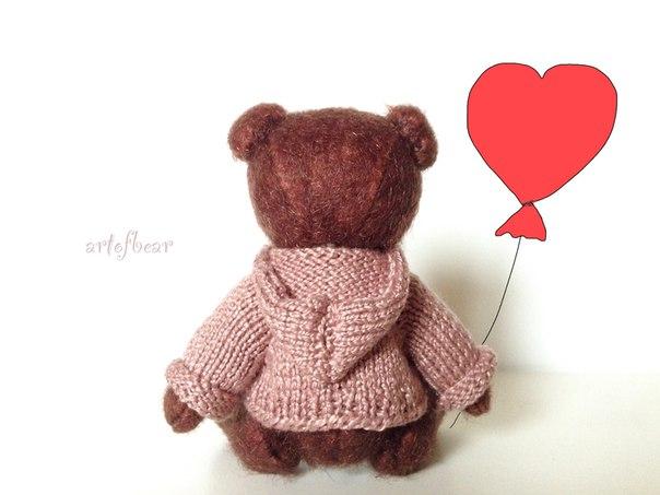 Мини мишка Эмиль, очаровательный мальчик. Одет в вязанную толстовку с капюшоном, толстовочка снимает...