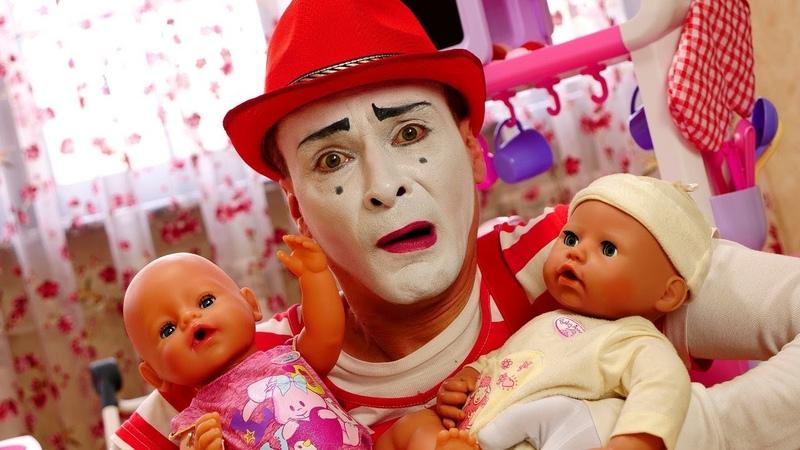 Baby Born Puppen Der Clown passt auf die Babys auf Lustiges Kindervideo