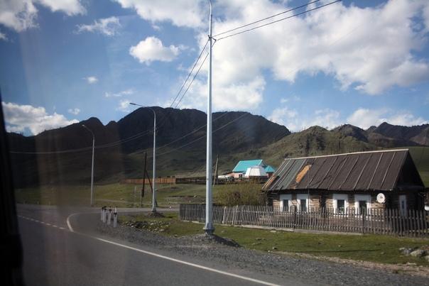 Чуйский тракт — трасса федерального значения. Тут всегда ухоженные обочины, ровный асфальт и полная электрификация.