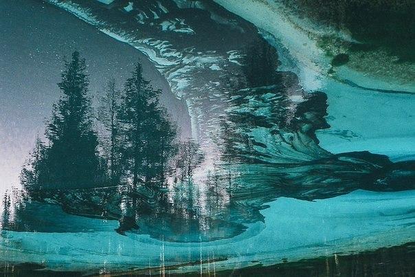 Живое гейзерное озеро необычайно красивого цвета в глубине Алтайской республики.
