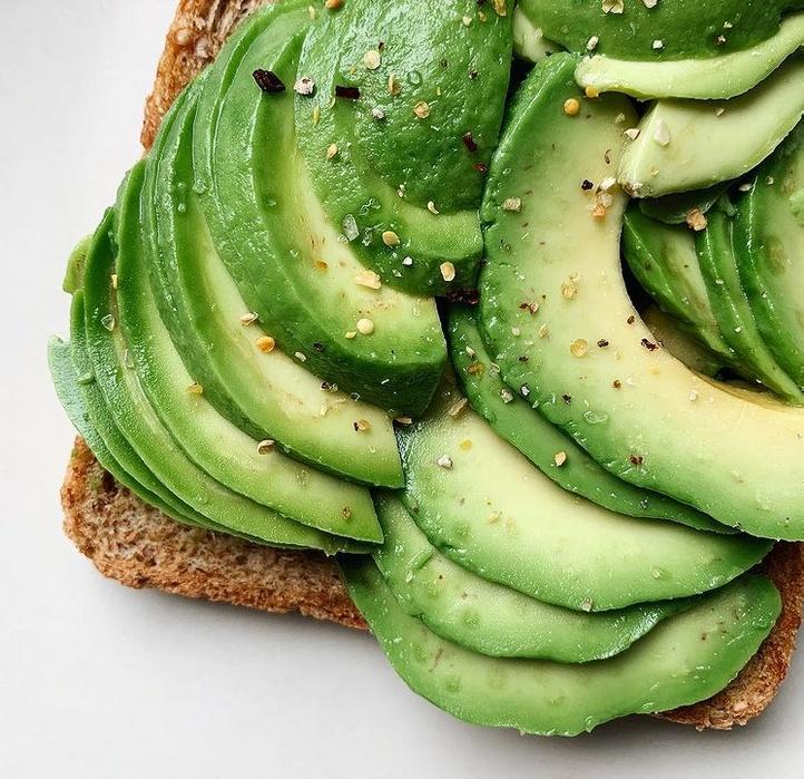 диетологи советуют сочетать авокадо с кератиносодержащими продуктами
