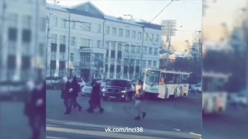 Мужик в трусах отжимается в Иркутске