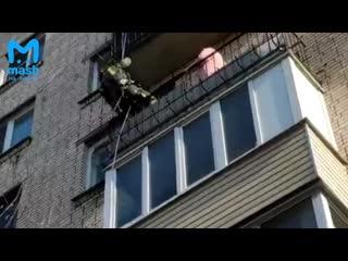 На Лёни Голикова спасатель залез к женщине на балкон, чтобы спасти её от взрыва