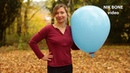 Tina pustet einen riesigen blauen Luftballon auf und lässt ihn am leben - NoPop