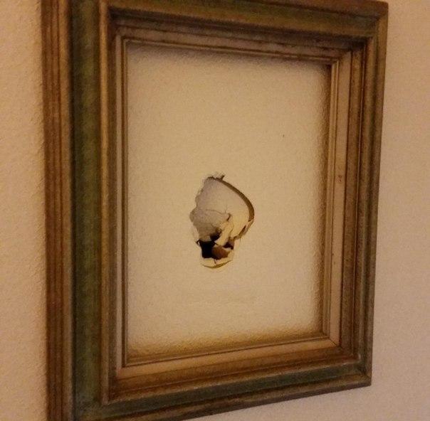 """""""На работе дыры в стенах превратили в произведения искусства"""""""