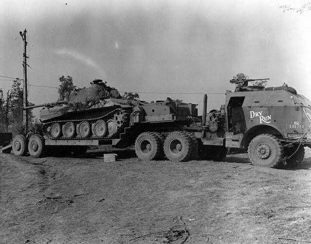 Американский танковый тягач М25 со средним танком Pz.kpfw V Panther на борту.