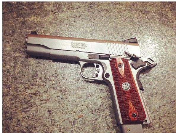 В связи в шумихой по поводу продажи оружия в Instagram, мы решили посмотреть какие пушки там можно купить прямо сейчас.