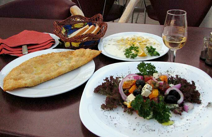 Справа в кадре салат Ялы-бойлу (береговой полосы) - южнобережный вариант греческого салата с каперсами и обязательно с ялтинским сладким луком. Сейчас элемент крымтатарской кухни ЮБК