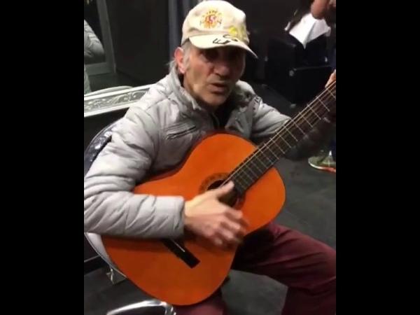 Дед поет старую ковбойскую песню на гитаре Концовка ваще улёт