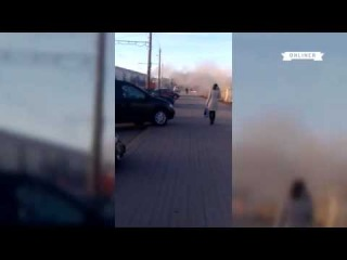 Минск: уборочная машина обдала грязью с водой прохожих