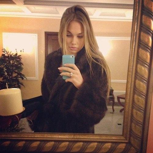 фото девушки перед зеркалом