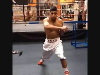 🎬 Амир Хан готовится к своему возвращению на ринг против Теренса Кроуфорда 🥊