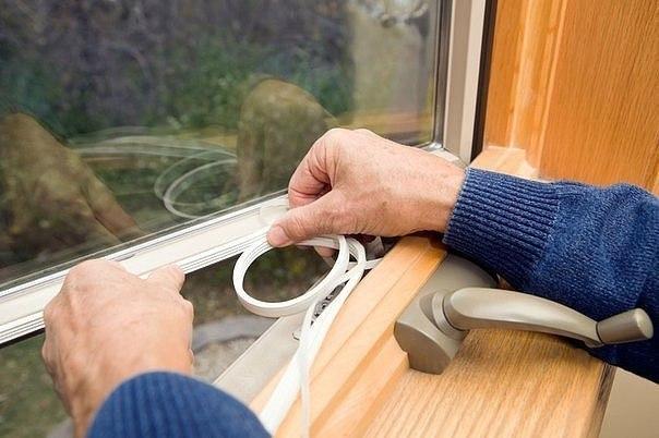 Как заделать щели в окнах
