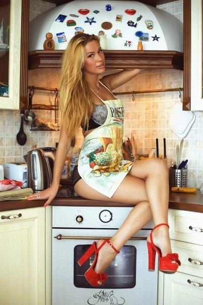 Девушки на каблуках на кухне