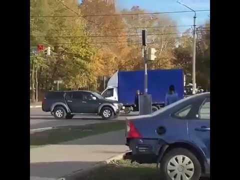 Ульяновск неадекват кидается на машины