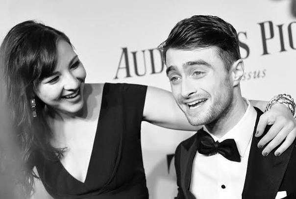 Дэниел Рэдклифф рассказал, как познакомился со своей девушкой на съемках секс-сцены Кто-то находит свою любовь через интернет, кто-то через общих знакомых, а для звезды «Гарри Поттера» Дэниела