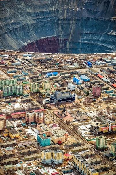 Подборка фотографий самого большого а в мире. Кимберлитовая трубка «Mиp» алмазный карьер в Якутии (город Мирный появился уже после открытия трубки и был назван в её честь). Карьер имеет глубину