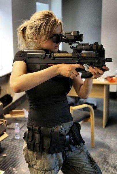 Бельгийский пистолет-пулемет. Компоновка данного оружия крайне нетрадиционна, пе...