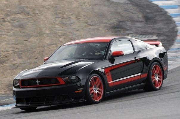 Ford Mustang Boss 302  Двигатель: V8 4951 см³ Мощность: 444 л.с. Крутящий момент: 515 Нм Привод: задний КПП: механическая, 6-ступ. Разгон 0-100км/ч: 4,2 сек Максимальная скорость: 253 км/ч Масса: 1627 кг
