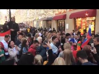 Болельщики сборной России исполнили «Катюшу» в центре Москвы