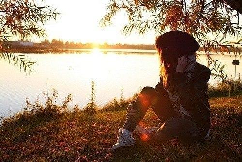 Дівчина біля озера фото