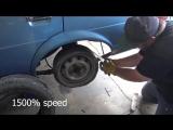 Запасное колесо сделано из бесчисленных рулонов клейкой ленты