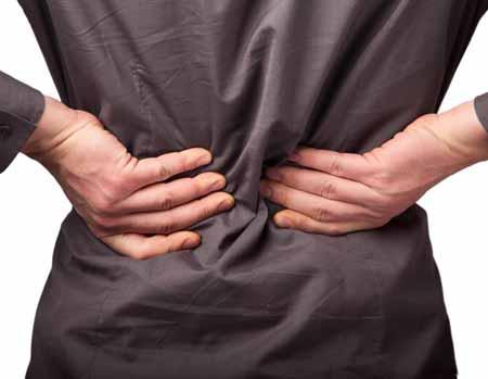 Тяжелые хронические боли в пояснице часто лечат с помощью нервного блока, известного как поясничная эпидуральная анестезия.