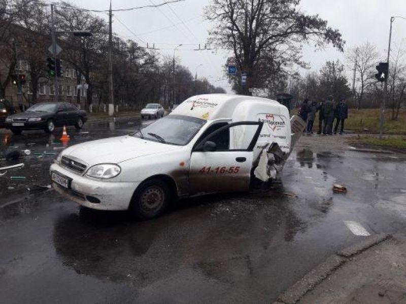 В Мариуполе ДТП на перекрестке врезались две машины, есть пострадавшие (фото)