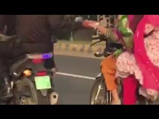 ڈولفن اہلکاروں کی انوکھی ڈیوٹی۔۔۔ 🚨🚨🚨 ملزمان کو ہتھ کڑیاں لگانے کے بجائے۔۔ موٹرسائیکل سوار لڑکیوں کا ہاتھ تھام لیا۔۔🤝👊 ویڈیو می