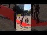 порошенко идёт на инаугурацию, упало ружьё