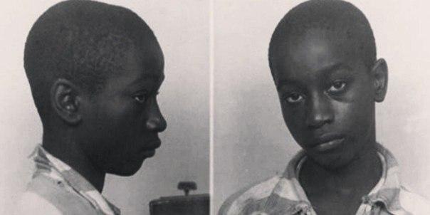 Самым юным американцем, казнённым в 20 веке, был 14-летний чернокожий Джордж Стинни. Его арестовали в 1944 году по подозрению в убийстве двух белых девочек. Стандартный электрический стул оказался для него большим, и чтобы приподнять Джорджа, под него под