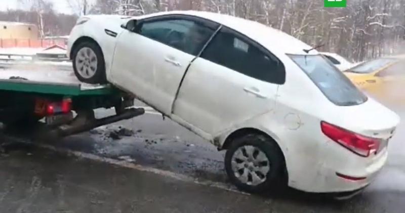 Москвич на иномарке съехал с эвакуатора и сбежал от дорожных служб