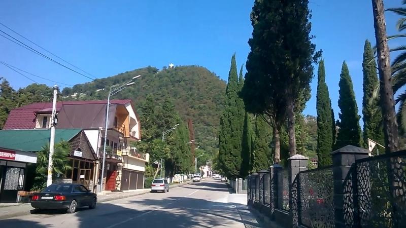 Новый Афон.впереди Иверская гора,на которой находится Анакопийская крепость,на высоте 350 м,куда мы забирались (Абхазия.сентябрь