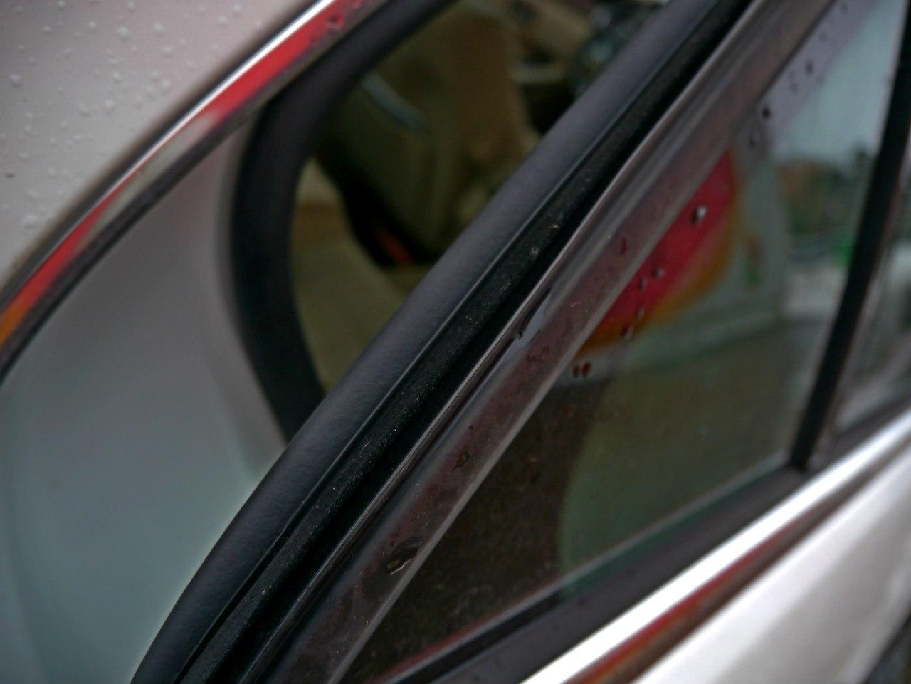 Владельцы Infiniti, жалующиеся на шумоизоляцию, не почувствуют большой разницы в Mercedes-Benz E 2014: тонкие стекла и уплотнители пропускают в салон автомобиля боковой шум с дороги.