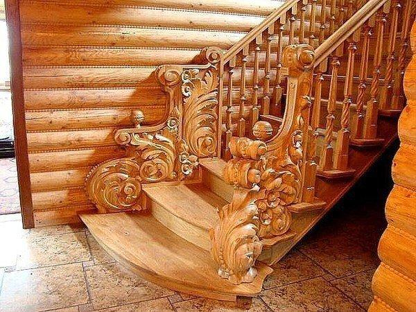 Резная лестница в деревянном доме (1 фото) - картинка