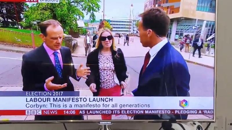 Кореспондент BBC мацает девушку за ГРУДЬ в прямом эфире