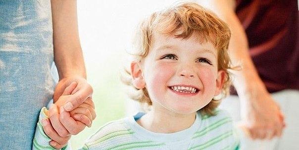 """МАМЕ НА ЗАМЕТКУ! 10 примеров ДРУГИХ СЛОВ при общении с ребенком На творческий подход к воспитанию часто не хватает сил и времени. Даже готовые методы не всегда вспоминаются в нужный момент. Но есть совсем простой способ изменить ситуацию – """"выследить"""" фразы, которые вы произносите в адрес ребенка неизменно раздраженным или ноющим тоном, и попробовать передать ту же мысль другими словами. Итак, вот 10 примеров того, как можно заменить плохие фразы при общении с детьми: 1. Вместо раздраженного:…"""