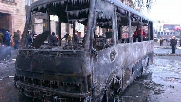 Згорілий обледенілий автобус в Києві