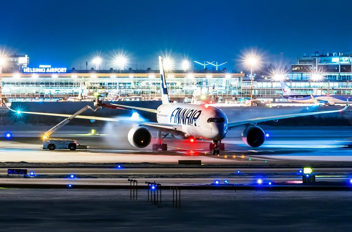Лайнер проходит противообледенительную обработку в аэропорту Хельсинки