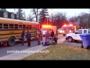 Firemen use jaws of life to fix school bus after crash - Accident à Longueuil - 11⁄13⁄2013