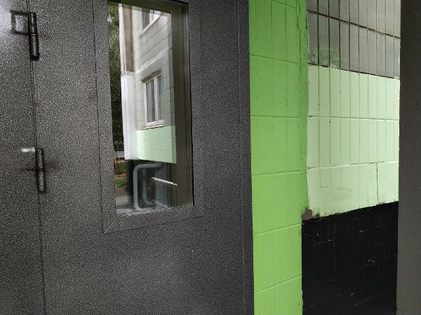 Несанкционированные объявления убрали с фасада дома на Новгородской