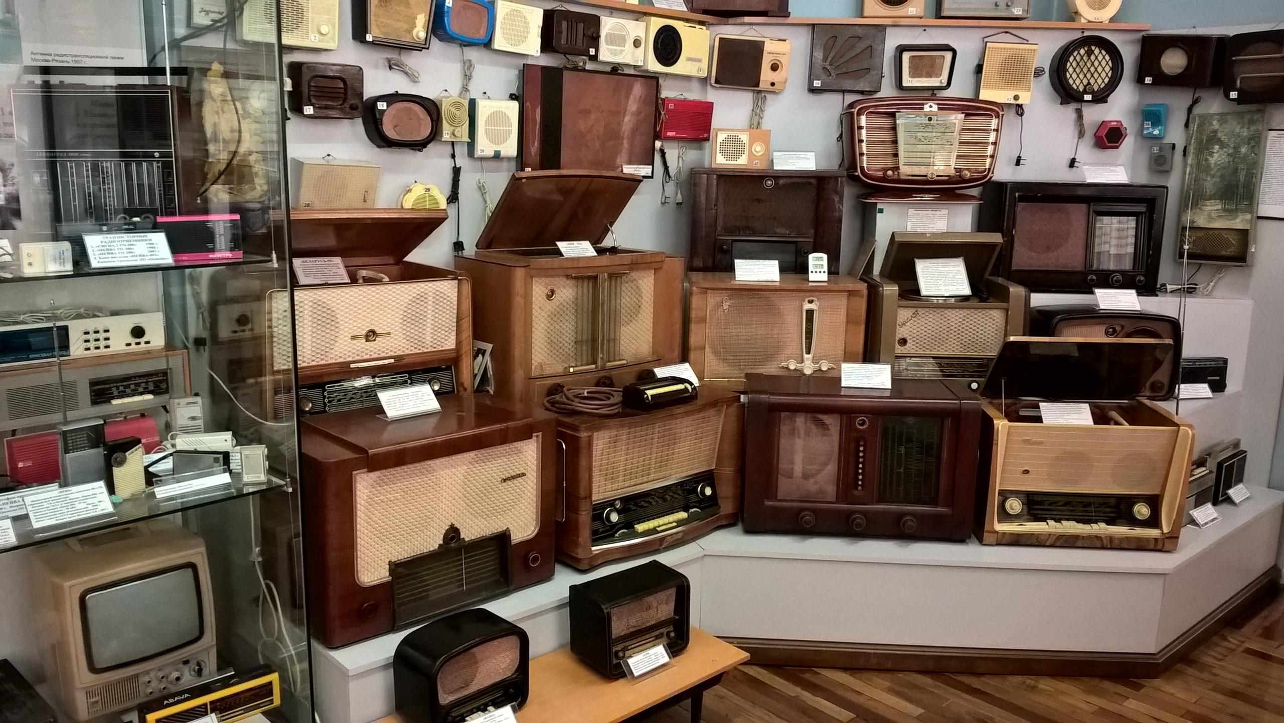 Древние радиоприёмники в музее радио Попова