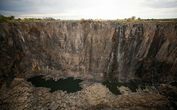 Обмелел водопад Виктория Расположенный в Южной Африке это единственный водопад в мире, одновременно имеющий более 100 метров в высоту и более километра в ширину, и крупнейший по расходу