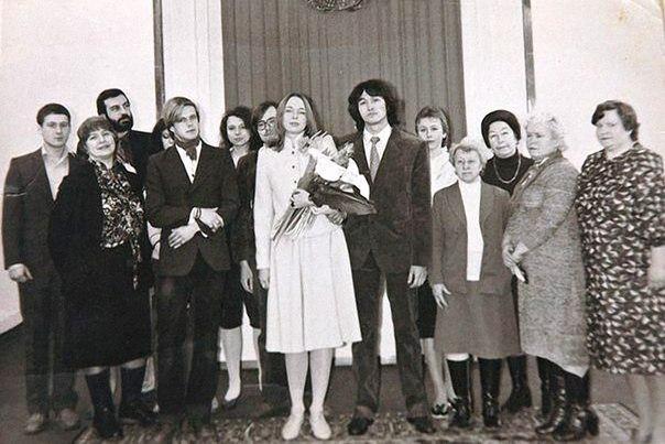 Виктор и Марианна Цой поженились только через три года после знакомства, в феврале 1985 года А познакомились они на дне рождения кого-то из приятелей. Цою тогда было 19, Марианне 23. Марианна
