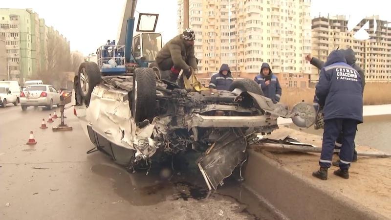 Астраханские спасатели достали из реки Кутум искорёженную иномарку