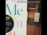 Эмма Уотсон прячет книги в метро