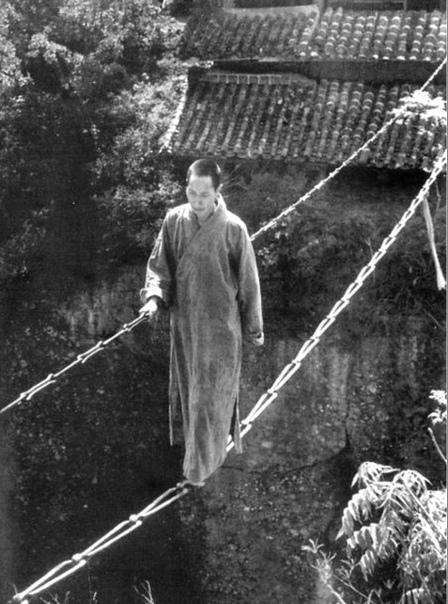 Монах передвигается по цепному мосту (Китай, 1930-ые годы)