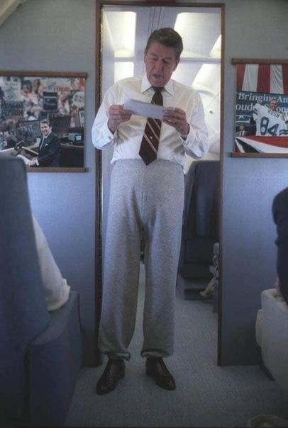 Рональд Рейган в офигительных штанах на борту самолета.